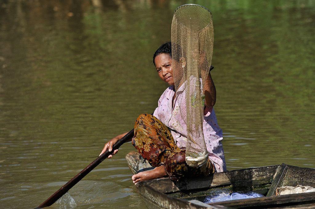 A woman catches fish in Stung Sangke river, Battambang province, Cambodia. Photo: ADB.